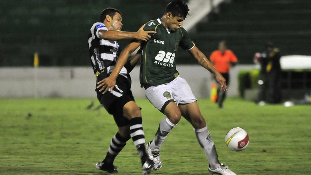 Ronaldo protege bola durante partida entre Guarani e XV de Piracicaba, pelo Paulistão (Foto: Rodrigo Villalba / Memory Press)