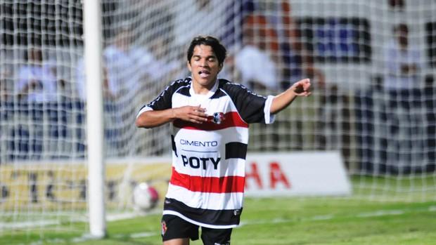 Renatinho foi um dos destaques do Santa Cruz na goleada (Foto: Aldo Carneiro)