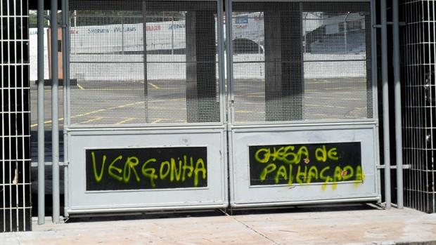 Muros do Majestoso aparecem pichados após goleada (Foto: Heitor Esmeriz/Globoesporte.com)