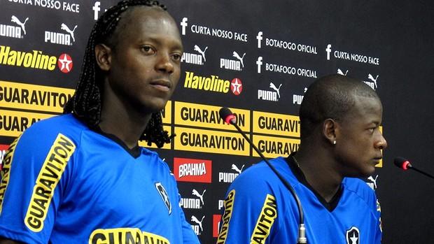 Andrezinho e willian botafogo coletiva (Foto: André Casado / Globoesporte.com)