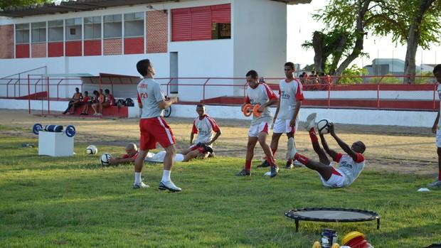 Richard prepara os atletas no Estádio João Hora (Foto: Felipe Martins/GLOBOESPORTE.COM)