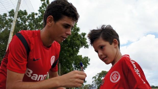 Oscar dá autógrafo no final do treino desta terça (Foto: Diego Guichard / GLOBOESPORTE.COM)