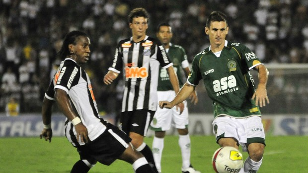 Fumagalli, do Guarani, disputa bola com Arouca, do Santos (Foto: Rodrigo Villalba / Memory Press)