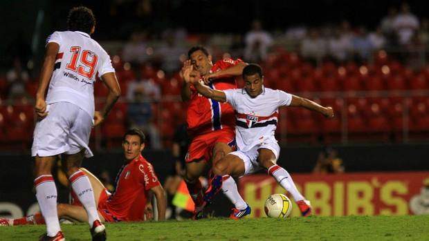 Lucas, do São Paulo, tenta jogada contra o Guaratinguetá (Foto: Idário Café/VIPCOMM)