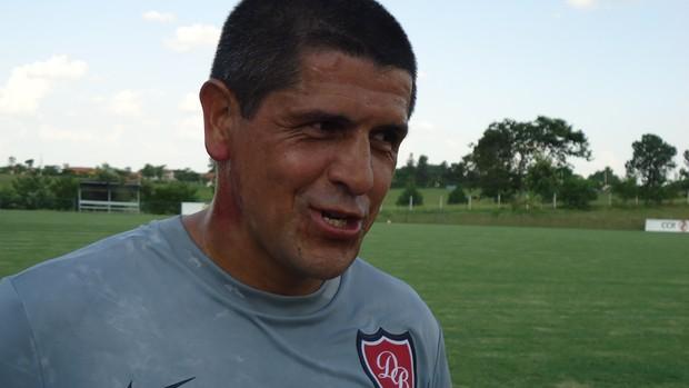 Adhemar treina no Desportivo Brasil (Foto: Mateus Soares / TV Tem)