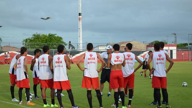 Treinador comandou a primeira atividade nesta segunda-feira (Foto: Felipe Martins/GLOBOESPORTE.COM)