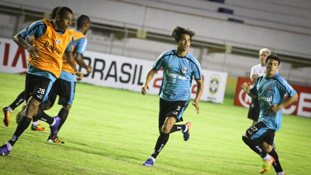 Grêmio reconhece gramado do Batistão (02) (Foto: Filippe Araujo/GLOBOESPORTE.COM)