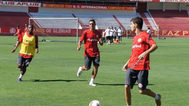 Oscar treina no Beira-Rio  (Foto: Diego Guichard / GLOBOESPORTE.COM)