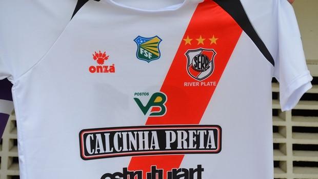 Camisa que o River usará contra o Grêmio tem patrocínio da Calcinha Preta (Foto: Thiago Barbosa/GLOBOESPORTE.COM)