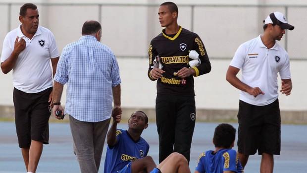 Jobson conversa com o presidente Maurício Assumpção noTreino do Botafogo (Foto: Jorge William / Agência O Globo)
