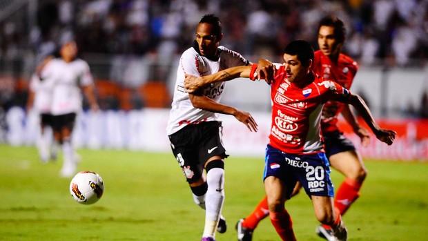 Liedson Corinthians x Nacional (Foto: Marcos Ribolli / Globoesporte.com)