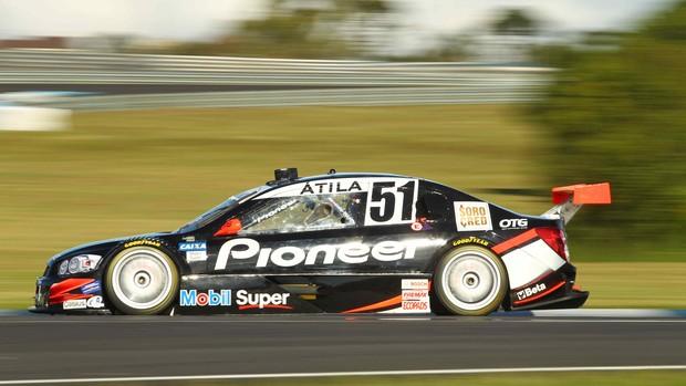 Stock Car - Átila Abreu guia o carro 51 da AMG nos testes em Curitiba (Foto: Luca Bassani/ Divulgação)
