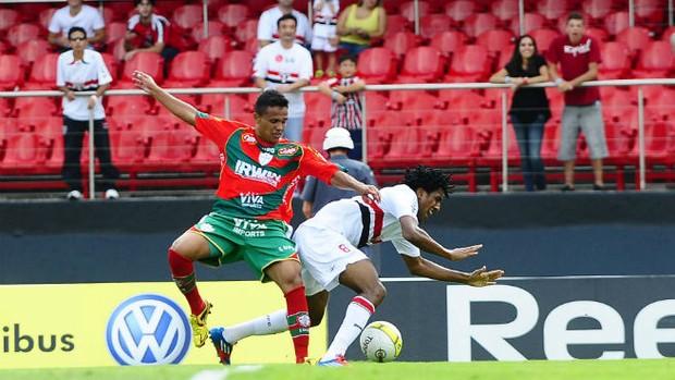 Cortez bloqueado pela marcação de Ivan, da Portuguesa (Foto: Marcos Ribolli / GLOBOESPORTE.COM)