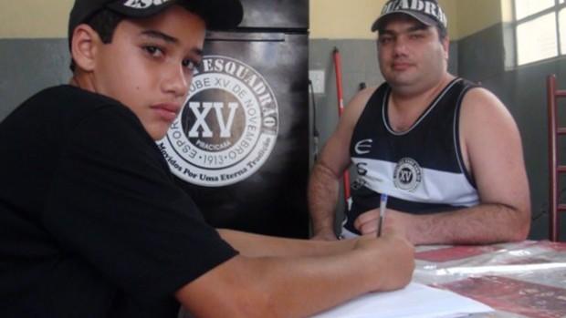 Fábio Castilho e o filho Lucas, integrantes da Torcida Esquadrão, do XV de Piracicaba (Foto: Bernardo Medeiros / Globoesporte.com)