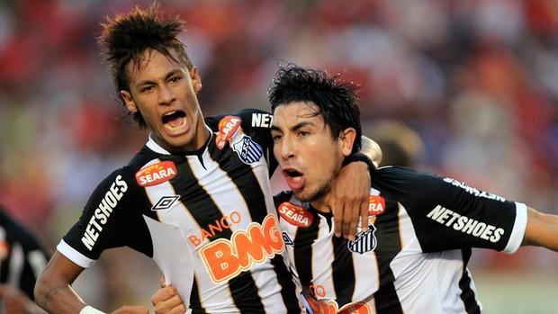 Neymar Jorge Fucile gol Santos (Foto: Reuters)