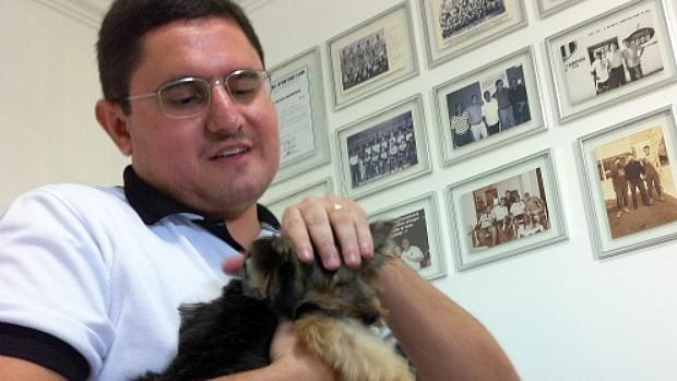 Thales Pontes, com o cachorro Tiquinho (Foto: Diego Morais / Globoesporte.com)