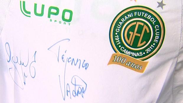 Camisa do Guarani, presente ao torcedor Adriano Vieira (Foto: Reprodução EPTV)