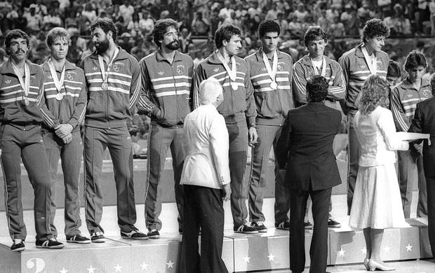 Badalhoca durante a premiação da medalha de prata do Brasil (Foto: Arquivo / Ag. O Globo)