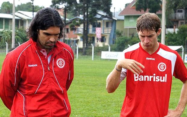 Fernandão e Bolatti no treino do Internacional (Foto: Diego Guichard / Globoesporte.com)