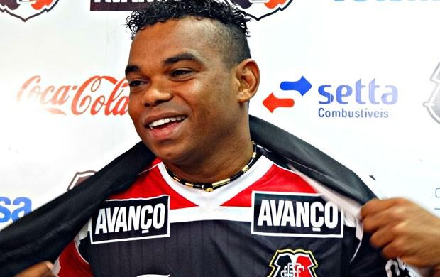 Carlinhos Bala com a camisa do Santa Cruz (Foto: Terni Castro, GLOBOESPORTE.COM)