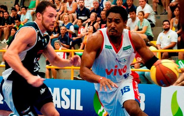 robert day  uberlândia x franca márcio   basquete (Foto: Levi Fanan/Divulgação)