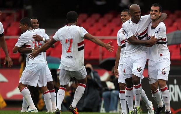 São-paulinos comemoram gol diante do Botafogo-SP (Foto: Gaspar Nóbrega/VIPCOMM)