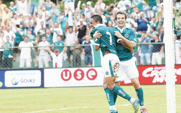David comemora seu gol com Felipe Amorim (Foto: Mantovani Fernandes/O Popular)