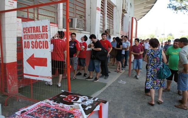 Fila para comprar ingressos de Inter x Once Caldas no Beira-Rio (Foto: Diego Guichard/Globoesporte.com)