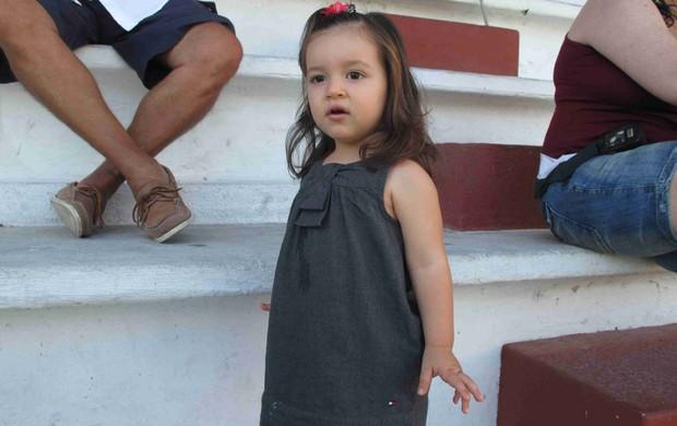Maria Carolina, filha do Thiago Neves nas Laranjeiras (Foto: Rafael Cavalieri/Globoesporte.com)