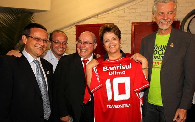Presidente Dilma recebe camisa do Inter (Foto: Roberto Stuckert Filho/Presidência da República)
