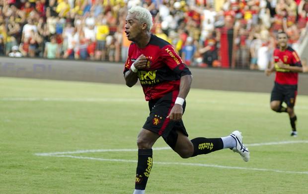 Marcelinho Paraíba foi decisivo na vitória do Sport, mas acabou no 'prejuízo' (Foto: Aldo Carneiro)