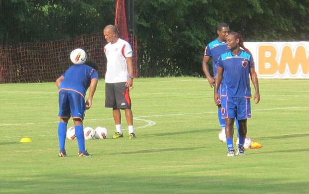 Vagner Love observa Ronaldinho no treino do Flamengo (Foto: Janir Junior/Globoesporte.com)