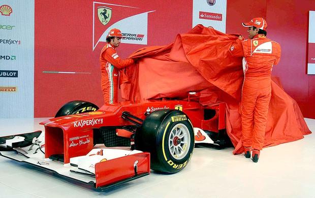 Massa e Alonso na apresentação do novo carro da Ferrari (Foto: Reuters)