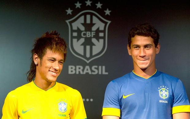 Neymar e Ganso na apresentação da nova camisa da Seleção Brasileira (Foto: Felipe Dana / AP)