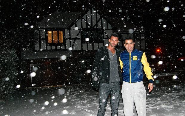 Sandro curte a neve em Tottenham (Foto: Divulgação)