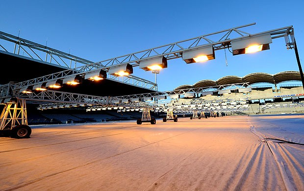 preparação do estádio Gerland em Lyon devido a neve (Foto: AFP)