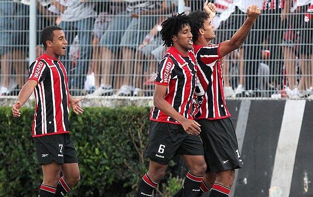 Cortez e William José comemoram gol do São Paulo contra a Ponte Preta (Foto: Gaspar Nóbrega / Vipcomm)