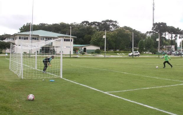 Marcelo Oliveira bate pênalti com o goleiro Edson Bastos, no treino do Coritiba (Foto: Gabriel Hamilko / GloboEsporte.com)