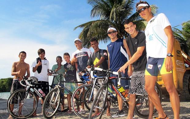 Jovens de Búzios posam ao lado do trio brasileiro no Mundialito de Triatlo Rápido (Foto: Alfredo Bokel / Globoesporte.com)
