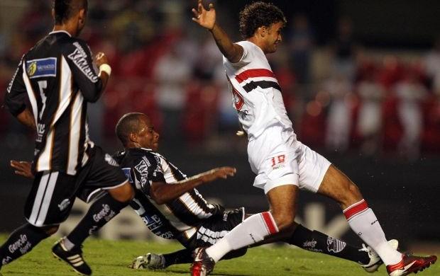 Fabão, do Comercial, tenta roubar a bola de Willian José, do São Paulo (Foto: Gaspar Nóbrega / VIPCOMM)