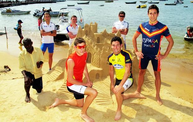 Triatletas da Grã-Bretanha e da Espanha posam com artista local e sua criação (Foto: Alfredo Bokel / Globoesporte.com)