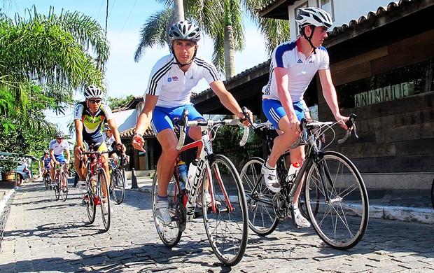 Triatletas pedalam pela ruas de Búzios (Foto: Alfredo Bokel / Globoesporte.com)