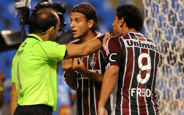 Jogadores do Flu reclamam com o árbitro no clássico com o Vasco (Foto: Dhavid Normando/Photocamera)