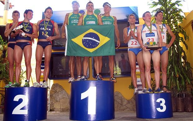 Domínio brasileiro: trio verde-amarelo conquista o lugar mais alto do pódio, superando a Espanha, em segundo, e a Grã-Bretanha, que terminou na terceira colocação o Mundialito de Triatlo Rápido em Búzios, no litoral fluminense (Foto: Alfredo Bokel / Globoesporte.com)