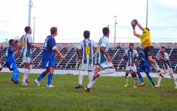 O Nacional pressionou do primeiro ao segundo tempo, mas o goleiro Diego Braga era uma muralha no gol do Iranduba (Foto: Adeilson Albuquerque/Globoesporte.com)