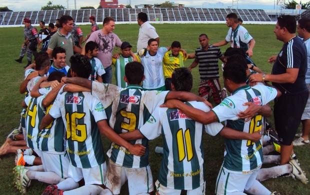 Após primeira vitória em cinco jogos, atletas do Iranduba agradecem em oração  (Foto: Adeilson Albuquerque/Globoesporte.com)