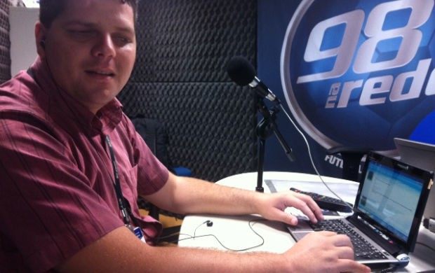 Henry Xavier, radialista com deficiência visual (Foto: Francine Lopes/98 FM)
