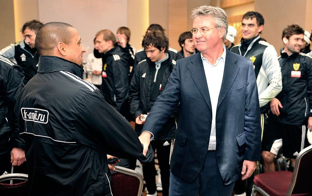 Guus Hiddink com Roberto Carlos no treino do Anzhi (Foto: AFP)