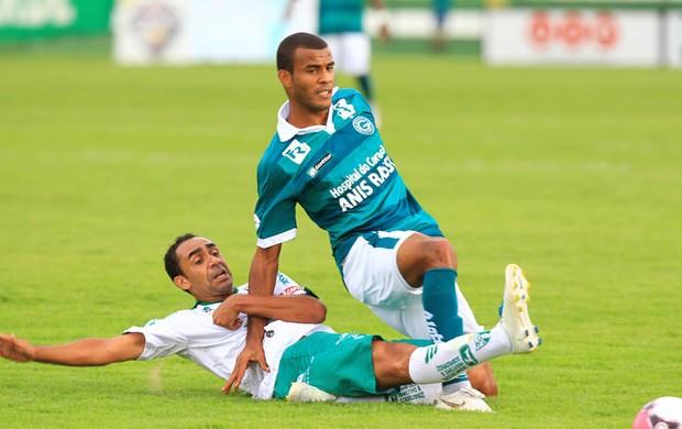Ramalho disputa a bola com Ernando durante a partida (Foto: Renato Conde/O Popular)