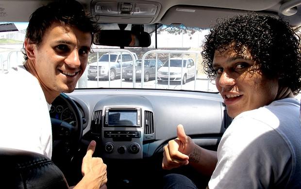 Lucas e Marcio Azevedo do Botafogo dentro do carro (Foto: André Casado / Globoesporte.com)